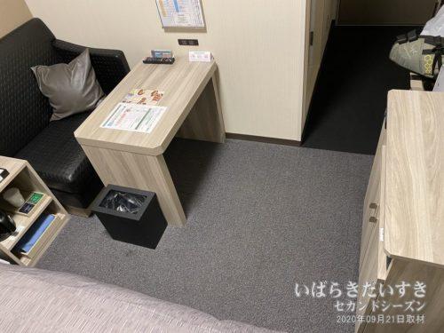 この机の意匠は、割と新しめ。
