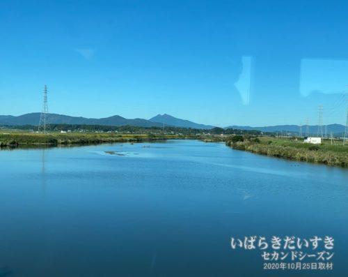 特急ひたちの車窓から恋瀬川と筑波山。(石岡市)