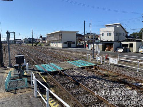 常陸太田駅行きに乗り換え。珍しい、線路上の横断。