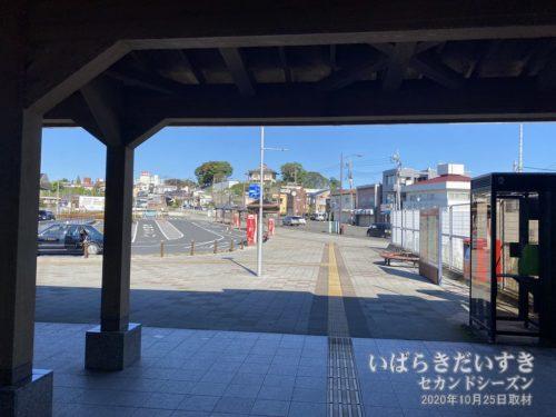 JR常陸太田駅駅舎を抜けるとバスロータリー。