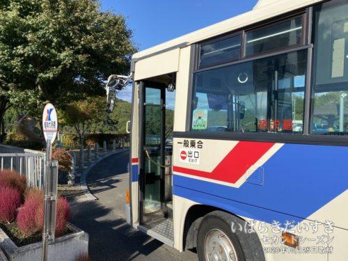 JR常陸太田駅方面に戻るバスが来る。