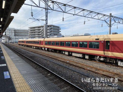 勝田駅には国鉄カラーのフレッシュひたち。