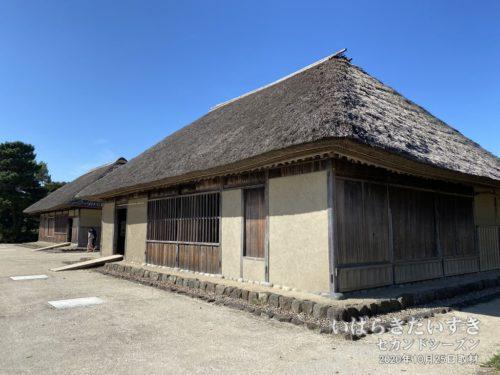 旧土肥家住宅 (茨城県指定有形文化財)<br>左手が「隠居屋(いんきょや)」。右手が「主屋(おもや)」。