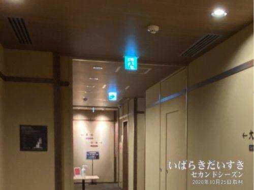 現在の建基法では、意匠に配慮された小型の非常口ランプも選択できます。