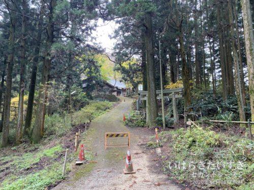 燕山山頂から公式で2,30分。加波山神社に着きます。