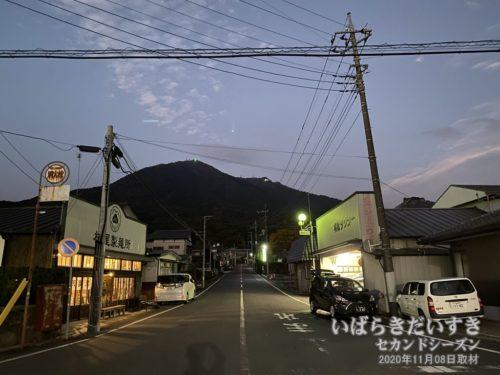 筑波山口駅前から、参拝道、筑波山を望む。