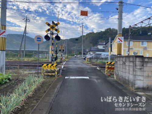 水戸線 東区踏切の先にはこれから登る、筑波連山がそびえる。