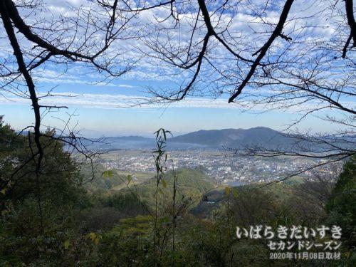 御嶽山神社裏手から、JR岩瀬駅方面の眺め。