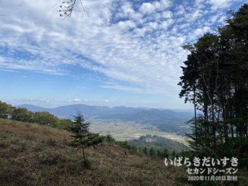 雨引山-燕山 区間で一カ所だけ眺めが良くなる。低山では木々に埋もれ、基本的に視界は良くありません。