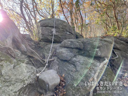 土岳唯一のロープ場。とは言え、ロープが張られているくらいですので、ちょっと登りづらい箇所です。