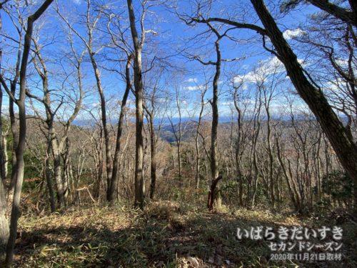 「七つ岩」の箇所から、遠くに花貫ダムが見える。