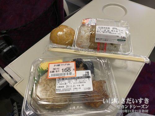 地元駅のスーパーで買ってきた弁当を食す。