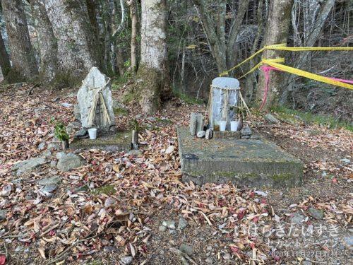 「山神」と彫られた二体の石(碑)。