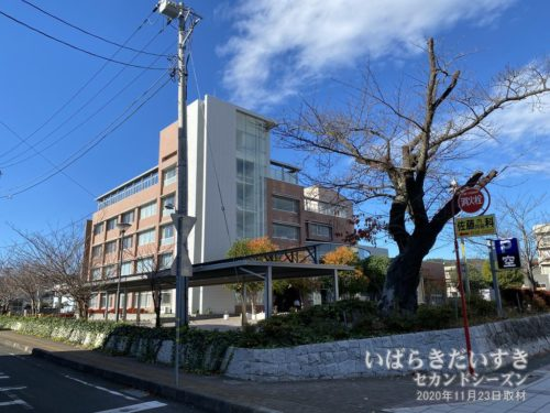 常陸多賀市民会館の駐車場に茨城百景碑があります。