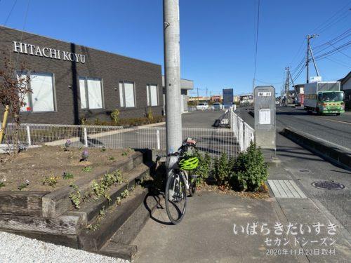 バス停 鮎川。後ろの敷地はガソリンスタンドだった。
