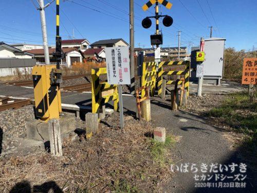 常磐線の踏切には「鮎川駅」の文字が残る。