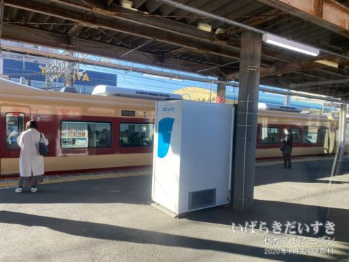 国鉄カラーの常磐線車両が通過する。