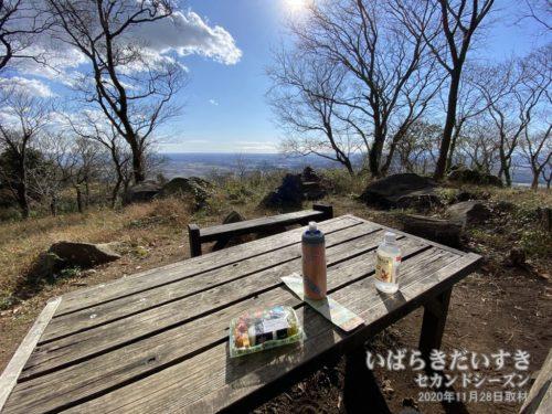宝篋山山頂手前で眺めの良い場所+ベンチを発見したので、お昼にします。