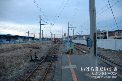 鮎川駅 / 待避線(日立駅方面)の車両。
