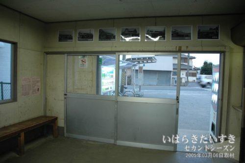 鮎川駅構内から、国道を望む。