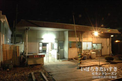 鮎川駅の裏手、ホーム、改札側。
