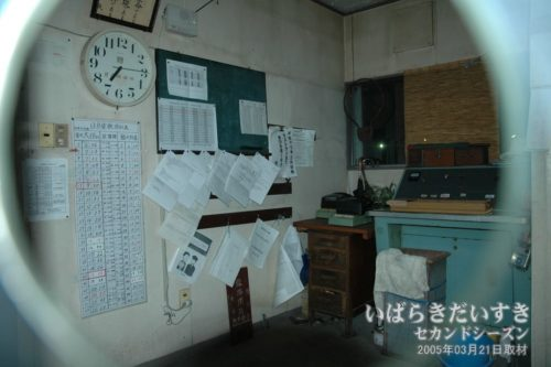 鮎川駅の駅員室、きっぷ売り場内部。