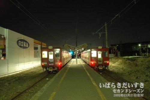 鮎川駅ホームで待つ、日立電鉄線の車両。
