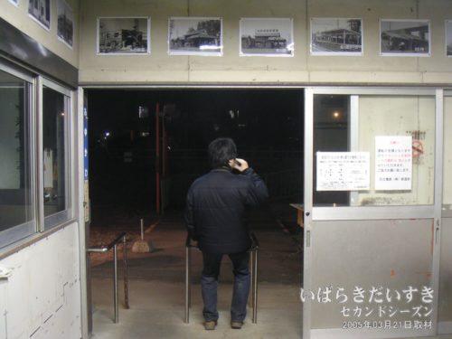 """鮎川駅の改札で、""""最後の訪問""""に浸っている若き日の俺っち。(当時18歳。今も18歳) / 演出、自作自演"""