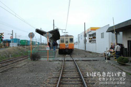 鮎川駅 2番線に待機する車両。