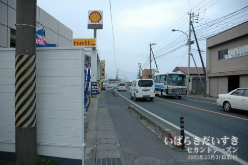 鮎川駅前の国道、日立駅方面を望む。