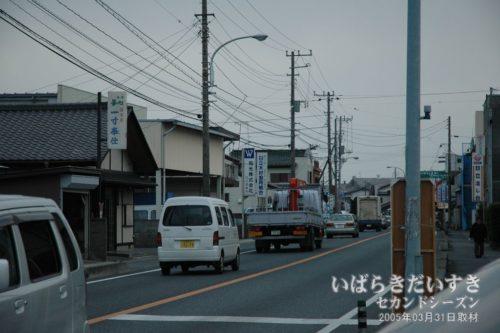 鮎川駅前の国道、大甕、水戸方面を望む。