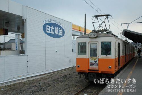 鮎川駅2番線。道路側にはガソリンスタンドがあった。