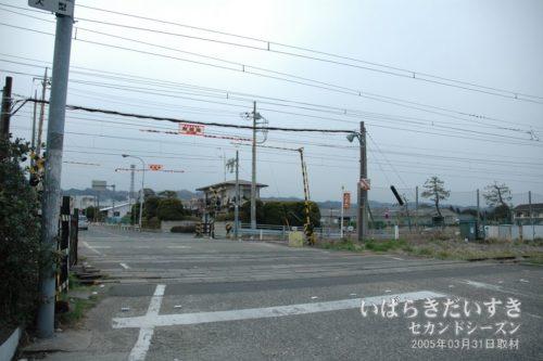 鮎川駅北側の、常磐線の線路、踏切。