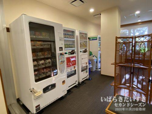 スナック、カップ麺とアルコールの自販機。