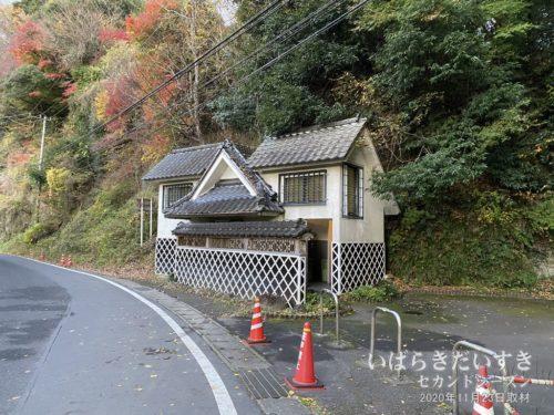 玉簾の滝には、公衆トイレが隣接する。