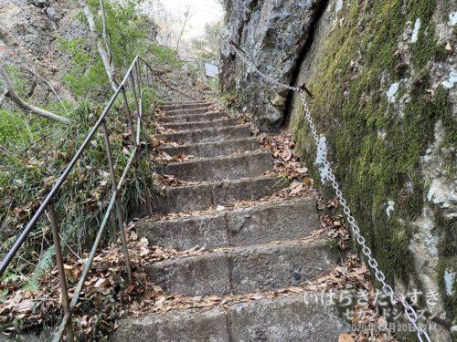 階段を登りはじめてすぐ、くさり場なので、安易に上らない方が良いです。
