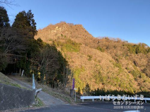 夕焼けが奥久慈男体山を染める。