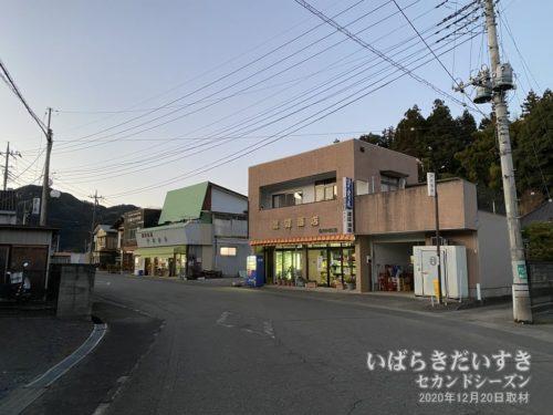 水郡線JR上小川駅前の商店街。