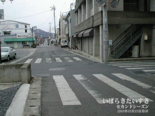 結城街道交差点。鷺谷銅鐡店は現在も確認できる。(2003年)