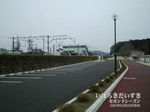 筑波鉄道跡地から岩瀬駅弧線橋を望む。