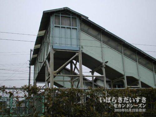 筑波鉄道のホームがあった頃は、あそこから手前に通路が伸びていたらしい。