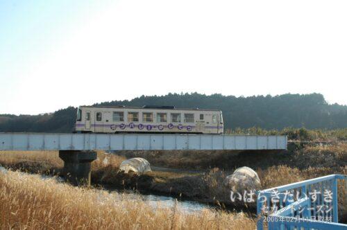 巴川駅近くの橋を通過する鉾田線車両。