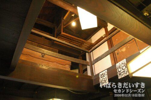 1階から2階を見上げる。満寿庵たちかわ。(2006年02月撮影)