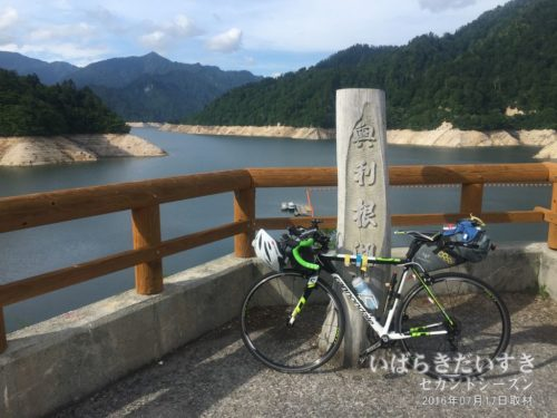 渇水の八木沢ダム。(2006年)