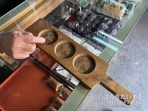 """「この精巧に彫られた""""月餅型""""は(自分の)父親が彫ったものです。現在、このレベルで彫れる人はいません」と言う趣旨のお話を伺う。"""
