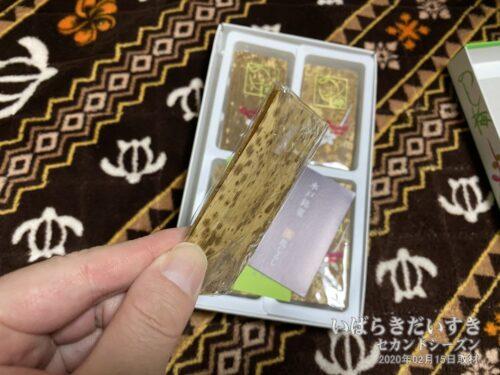 「のし梅」のはさんである、外側の「竹」は食べられません。