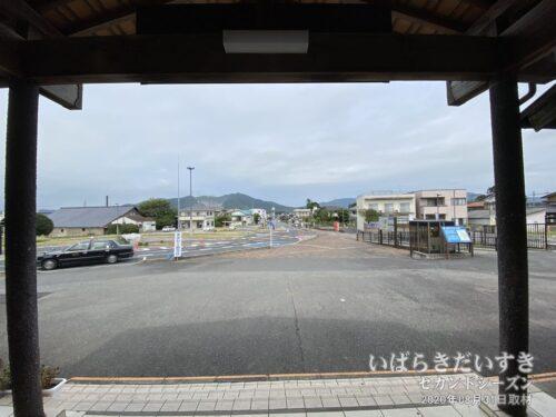 岩瀬駅構内から国道50号方面を望む。(2020年)
