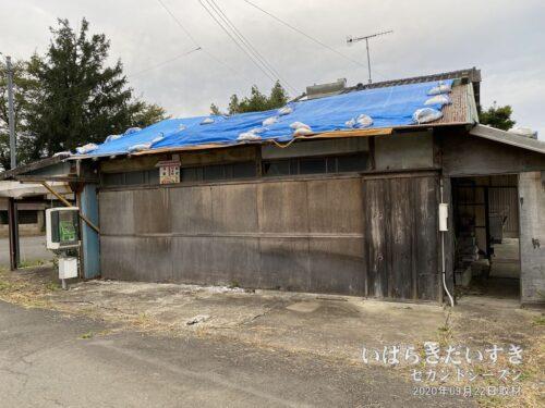2020年09月訪問当時、商店の屋根にはブルーシートがかけられている。