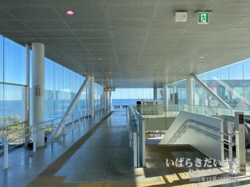 JR日立駅 / ガラス張りで太平洋が広がる。