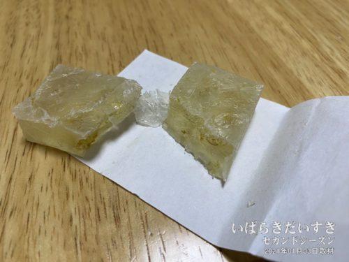 福来氷:表面にコーティングされた水飴が割れ姿は、「氷」のようです。
